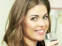 Вчені: дві склянки води перед їжею зроблять вас стрункіше