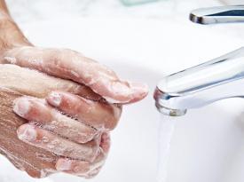 Чем дезинфицировать и как часто мыть руки людям с кожными заболеваниями
