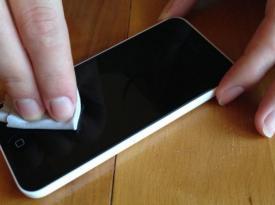 Смартфоны могут быть переносчиками коронавируса: как их правильно дезинфицировать